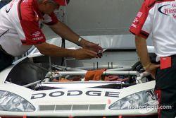 Oficiales de NASCAR atornillan una placa rectora