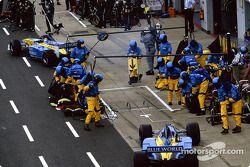 Un ocupado equipo Renault F1 en pits