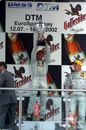 El podio: el ganador de la carrera Bernd Schneider y Marcel Fassler