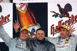 El podio: el ganador de la carrera, Bernd Schneider, Marcel Fassler y el diseñador en jefe, Gerhard