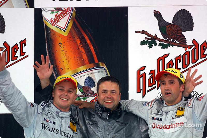 El podio: el ganador de la carrera, Bernd Schneider, Marcel Fassler y el diseñador en jefe, Gerhard Ungar