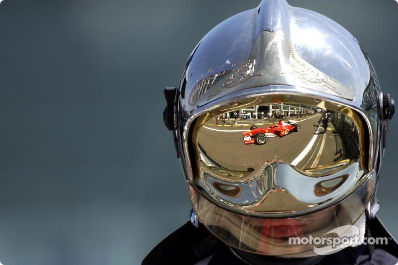 В субботней тренировке Шумахер вышел вперед, но отставание Райкконена оказалось ничтожным – 0,021 секунды