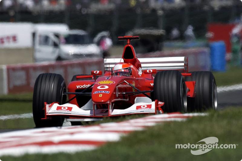 Зная о неминуемости штрафа, на свободной трассе Михаэль взвинтил темп и начал отыгрывать у Монтойи по секунде на круге. Но этого не хватило: отбыв штраф, лидер сезона оказался третьим – кроме пилота Williams, он пропустил и Райкконена