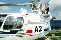 Olivier Panis aprendiendo a volar un helicóptero