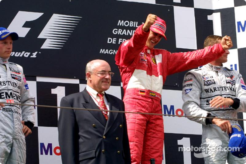 Podyum: Yarış galibi Michael Schumacher ve Kimi Raikkonen ve David Coulthard