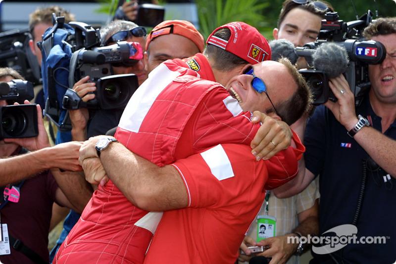 Michael Schumacher siendo felicitado por Rubens Barrichello