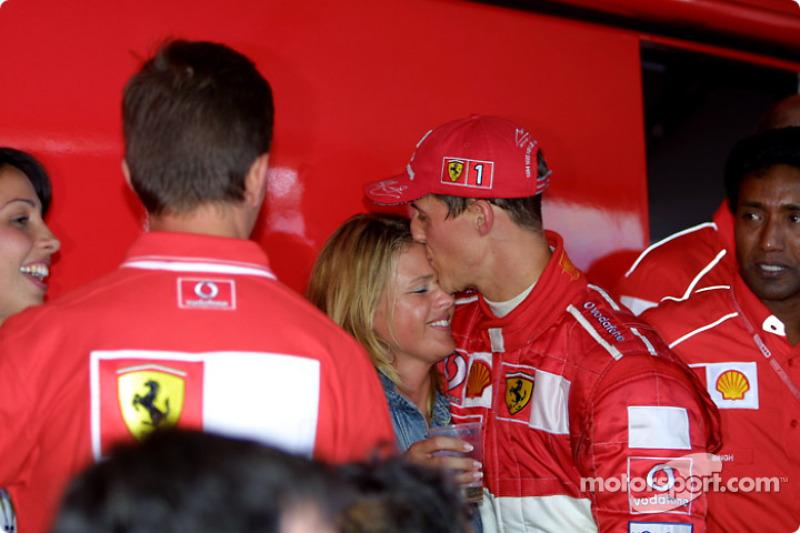 Michael Schumacher y su esposa, Corina, celebrando