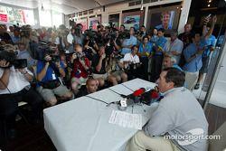 Announcement, Fernando Alonso as Renault F1 race pilotu for 2003: Patrick Faure ve Flavio Briatore