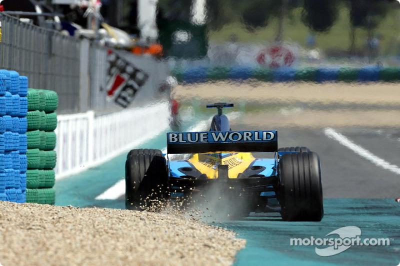 Последнее очко за шестое место заработал Дженсон Баттон. Команда Renault, за которую в том году выступал британец, еще только начинала путь к вершине, который завершится титулом Фернандо Алонсо в 2005-м