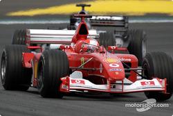Міхаель Шумахер (Ferrari) та Кімі Райкконен (McLaren Mercedes)