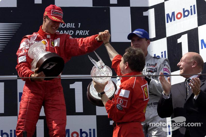 El podio: Michael Schumacher, Jean Todt y David Coulthard