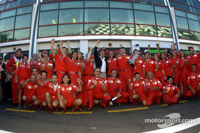 Michael Schumacher, Jean Todt, Ross Brawn, Luca di Montezemelo y el Equipo Ferrari festejando