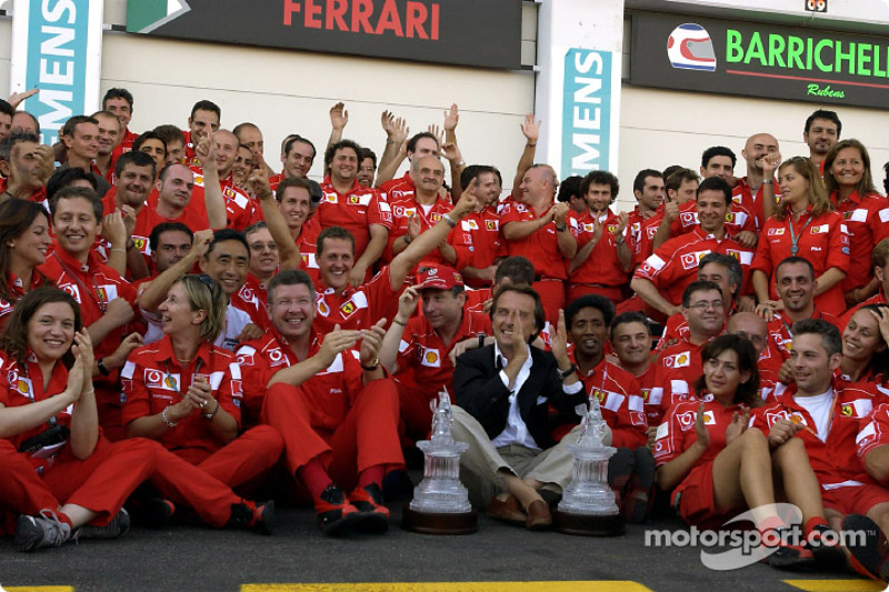 Міхаель Шумахер, Жан Тодт, Росс Браун, Лука ді Монтеземоло і члени команди Ferrari святкують чемпіон