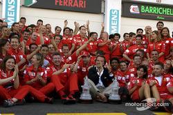 Михаэль Шумахер, Жан Тодт, Росс Браун, Лука и Монтедземоло и команда Ferrari празднуют победу в чемпионате