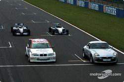 Juan Pablo Montoya WilliamsF1 BMW FW24, Bruno Giacomelli BMW Z8, Tom Coronel BMW 320i Touring otomob