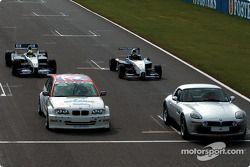 Ralf Schumacher WilliamsF1 BMW FW24, Bruno Giacomelli BMW Z8, Tom Coronel BMW 320i Touring otomobil