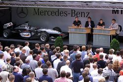 David Coulthard et Kimi Raikkonen visitant leurs collègues de Mercedes-Benz dans une usine à Sindelfingen