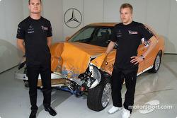 Los pilotos de McLaren Mercedes David Coulthard y Kimi Raikkonen visitando los estudios de realidad virtual y las instalaciones de pruebas de accidentes en la fábrica Mercedes-Benz en Sindelfingen