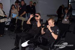 Les pilotes de McLaren Mercedes David Coulthard et Kimi Raikkonen visitent les studios de réalité virtuelle et les locaux de crash-test dans l'usine Mercedes-Benz à Sindelfingen