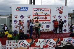 Le podium: champagne pour tout le monde