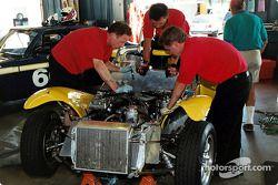 Travail d'équipe sur une Lotus 8