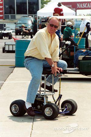 Les roues de Brock Yates dans le couloir