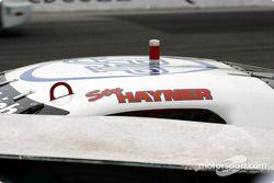 Stuart Hayner profondément dans le mur de pneus