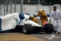 Carl Russo dans le mur de pneus