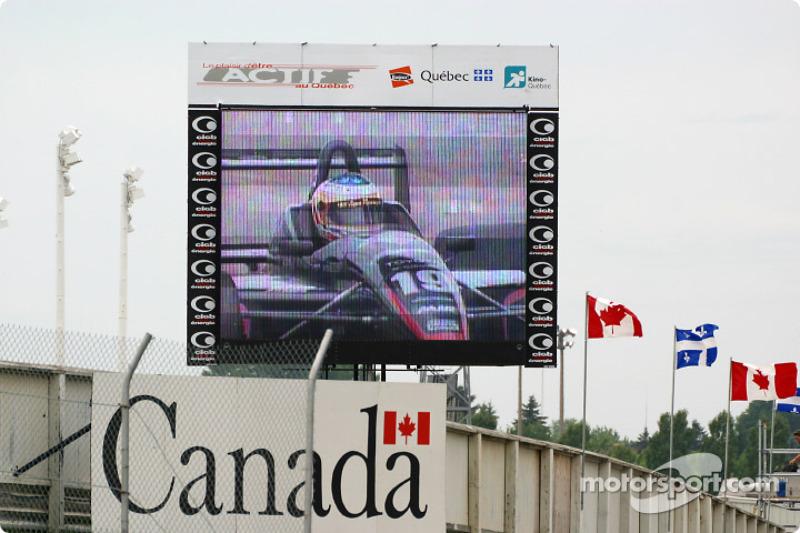 Gagnant de la course Michael Valiantesur l'écran géant
