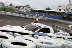 Stuart Hayner dans le mur de pneus