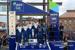 El podio: el ganador Marcus Gronholm con Richard Burns y Petter Solberg