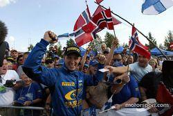 Petter Solberg célébrant avec des fans