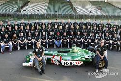 Photo de famille avec Pedro de la Rosa, Eddie Irvine et l'équipe Jaguar