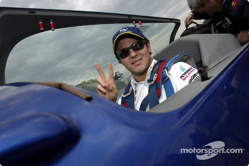 Felipe Massa qui décolle avec Peter Beseneyei, Champion du Monde d'Aerobatic pour une visite aérienne commentée de Budapeste