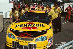 Empujón del Equipo Pennzoil rumbo a la pre inspección
