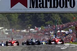 Le départ : Rubens Barrichello prend la tête devant Michael Schumacher et Ralf Schumacher