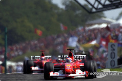 Rubens Barrichello devant Michael Schumacher