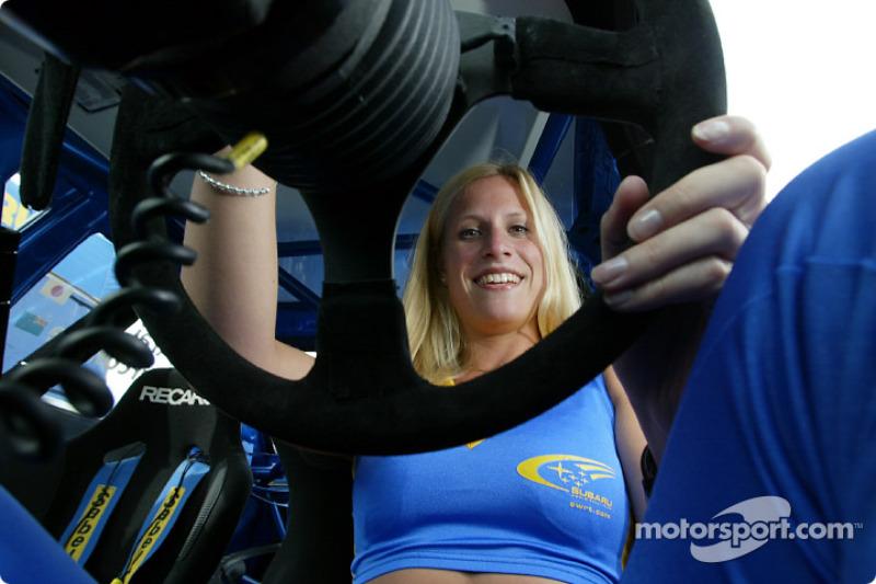 Nina, una de las chicas Subaru World Rally Team detrás del volante