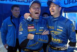 Tommi Makinen y Petter Solberg relajándose en el área de servicio