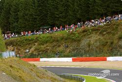 Aficionados tomando sus lugares antes de la carrera