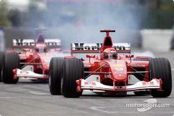 Michael Schumacher se rend sur la grille de départ
