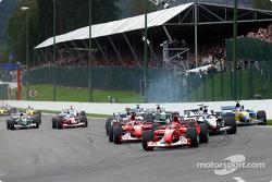 La arrancada: Michael Schumacher y Rubens Barrichello al frente del grupo