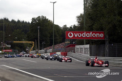 Saliendo de la horquilla Source: Michael Schumacher al frente del grupo