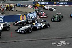 La arrancada: Ralf Schumacher y David Coulthard en la horquilla Source