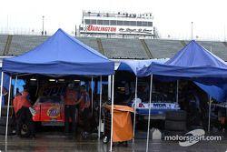 El área de gaarage mientras la lluvia cancelaba la agenda del viernes en la Winston Cup y Busch Seri