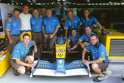 Jenson Button posando con su equipo