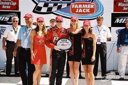 Dale Earnhardt Jr. recibiendo el Premio Bud por la pole