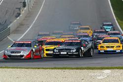 Start: Bernd Schneider, Team HWA, AMG-Mercedes CLK-DTM 2002; Uwe Alzen, Team HWA, AMG-Mercedes CLK-D