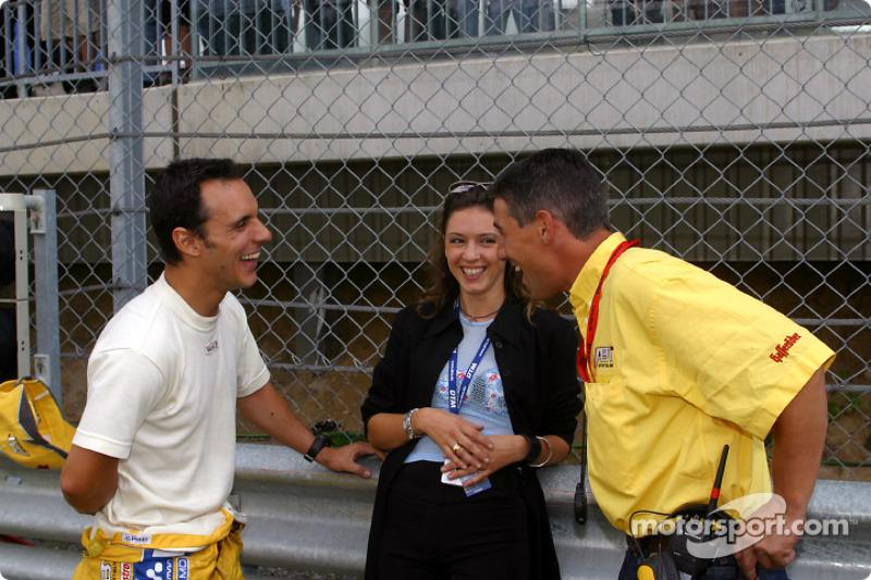 Laurent Aiello y su esposa, Geraldine, con el ingeniero de carrera, Ludovic Lacroix