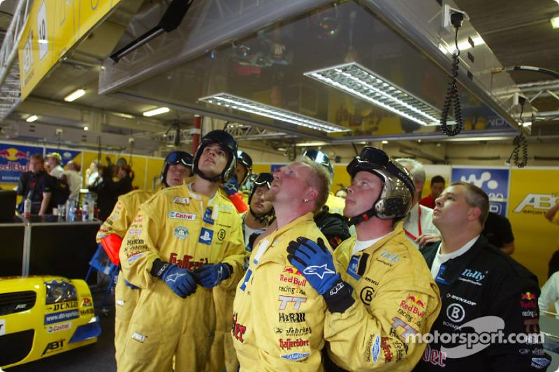 Miembros del equipo Abt siguiendo la carrera en el garage